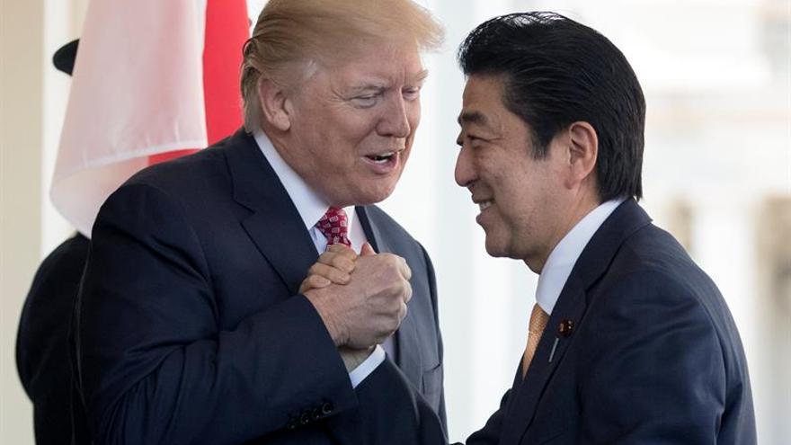 """Trump promete a Abe defensa con """"toda su capacidad militar"""" ante Pyongyang"""