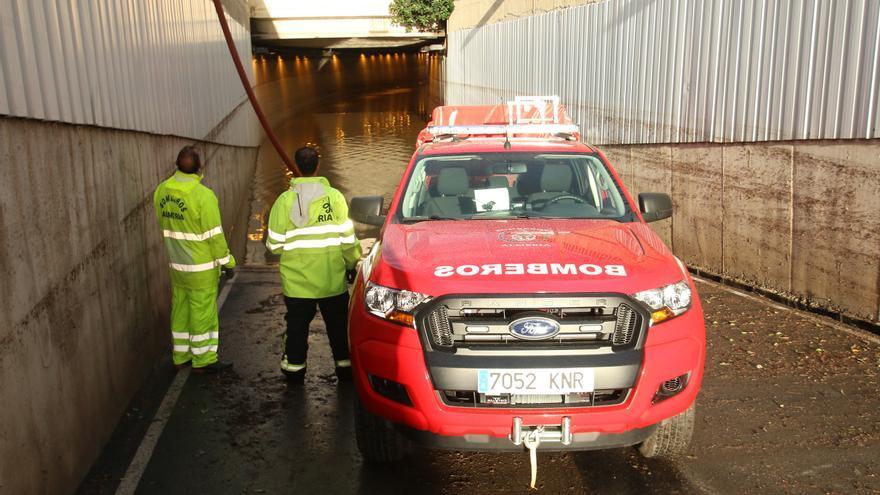 Bomberos a la entrada del tunel anegado por el temporal donde ha muerto una persona /Foto: Rafael González (EP)