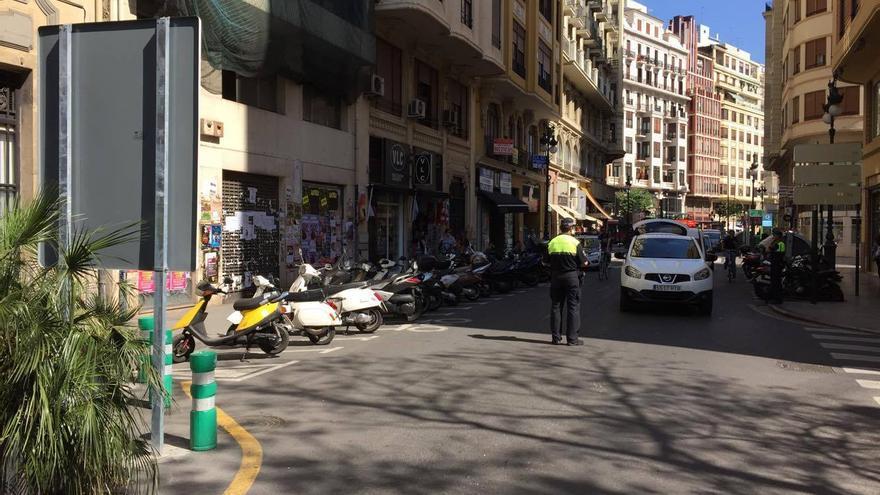 Los agentes en la avenida María Crístina controlando el acceso a la zona restringida del entorno de la Lonja