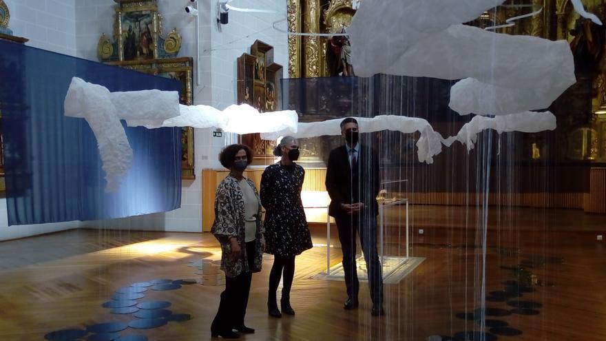 Iz-der: Mercedes Jover, directora del Museo de Navarra, Gentz del Valle, artista protagonista de la exposición, e Ignacio Apezteguía, director general de Cultura – Institución Príncipe de Viana.