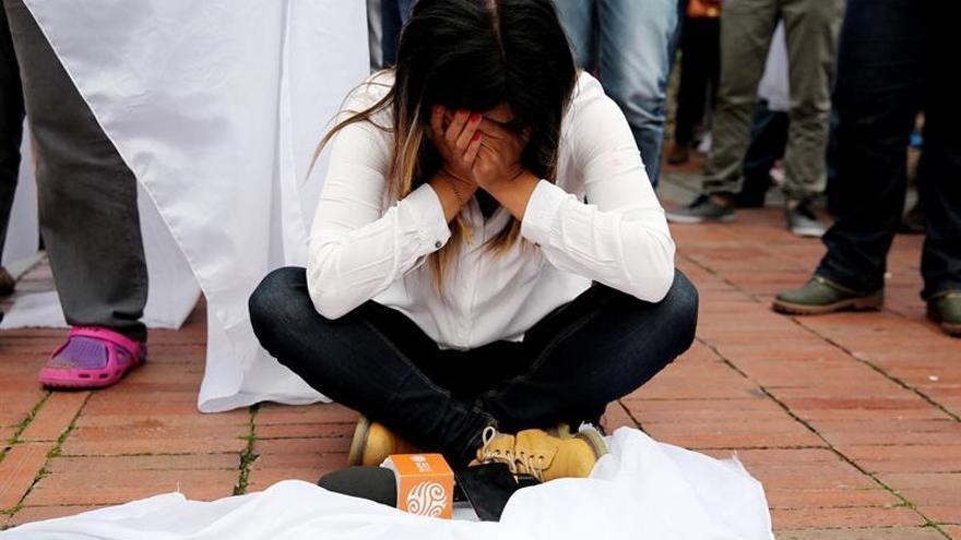 Una colombiana llora en Bogotá tras conocer el resultado del referéndum