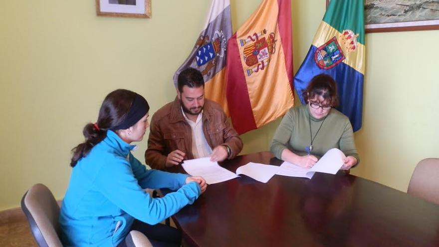 Brenda Rodríguez (i), Jacob Qadri y Nieves Gloria Luis.