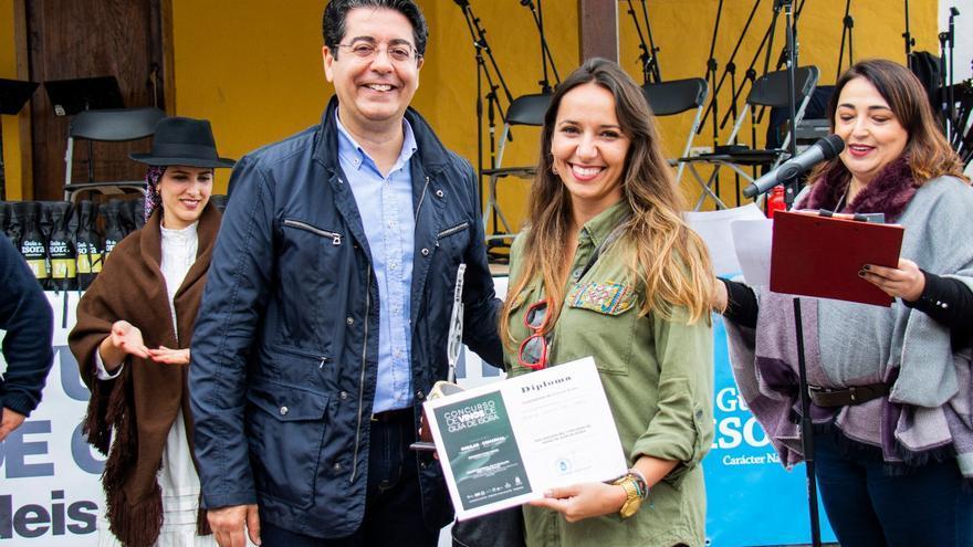 Pedro Martín, alcalde socialista de Guía de Isora, entrega uno de los premios de la edición de 2019