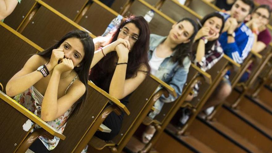 Estudiantes examinándose | EFE