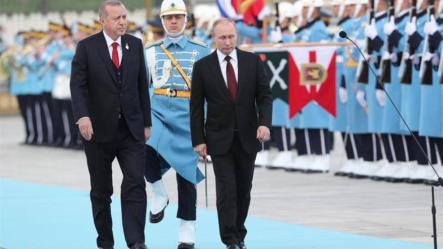 Putin y Erdogan abordarán mañana en Sochi la situación en Siria