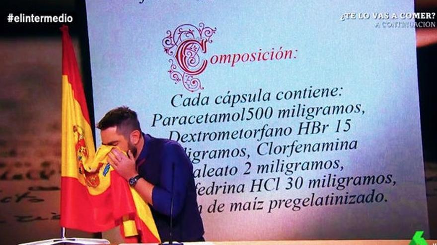 El humorista Dani Mateo simulando sonarse la nariz con la bandera de España