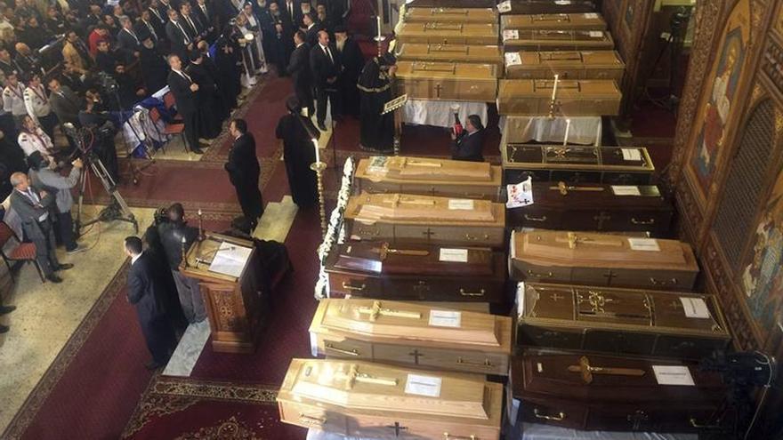El papa copto Teodoro II oficia una misa por los 23 muertos en el atentado en El Cairo