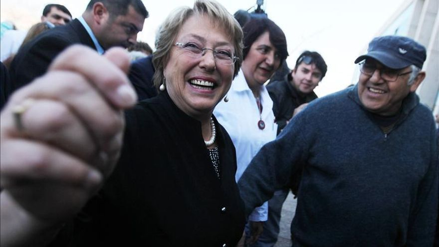 """Bachelet animó a sus simpatizantes a """"no confiarse"""" ante las encuestas favorecedoras"""