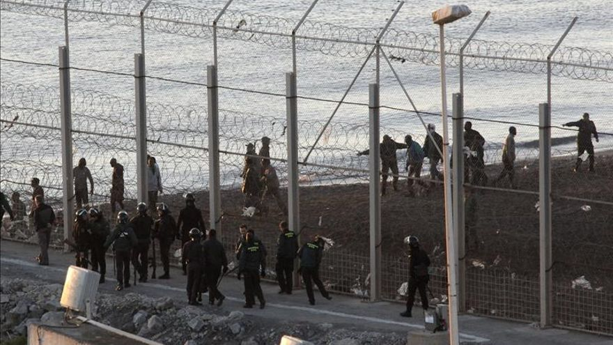 Imagen de archivo: La Guardia Civil custodia la valla de Ceuta el mismo día en el que murieron 15 personas en su intento de rodearla. 6 de febrero 2013/ Efe