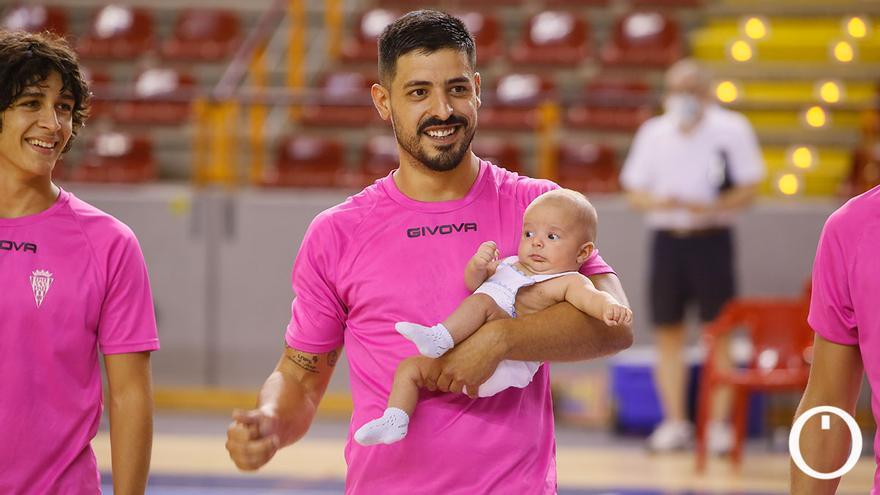 Jesús Rodríguez, jugador del Córdoba Futsal con su hijo en brazos