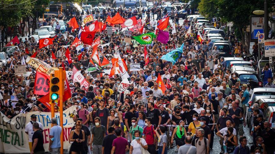 Un millar de personas protesta en Nápoles contra el G20 y a favor del planeta