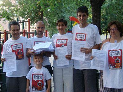 Miembros de Salad el Cole con algunas de las firmas de apoyo recogidas en la campaña