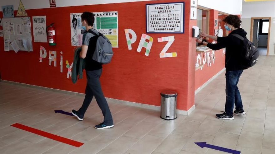 Un alumno se desinfectan las manos antes de entrar en un aula del IES Simone Veil de Paracuellos del Jarama, Madrid, comunidad en la que reabren este martes los institutos de Educación Secundaria para ofrecerclases voluntarias de refuerzo a los alumnos de 2º de Bachilleratoque van a realizar las pruebas de la Evaluación del Bachillerato para el Acceso a la Universidad (EBAU) los días 6, 7, 8 y 9 de julio.