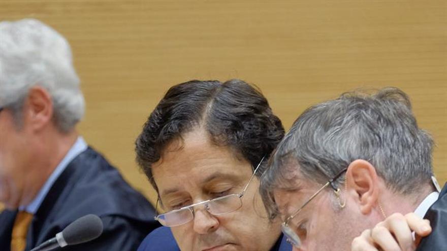 Alfredo Briganty, junto a su abogado, (EFE/Ángel Medina G.)