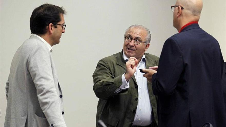 El diputado socialista Iñaki Lavandeira (i) conversa con el del PP, Emilio Moreno (c), y el de Coalición Canaria, José Manuel Pitti