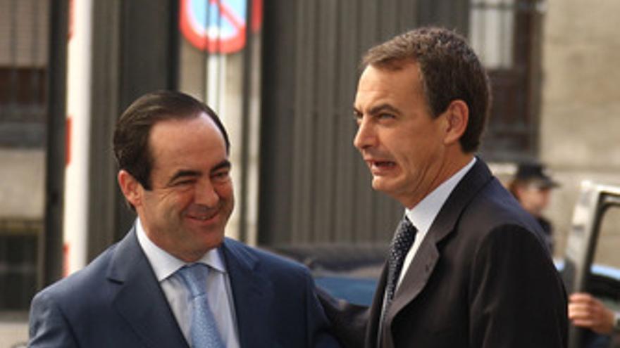 Bono y Zapatero, este lunes antes de los actos del Día de la Constitución, en las afueras del Congreso de los Diputados.