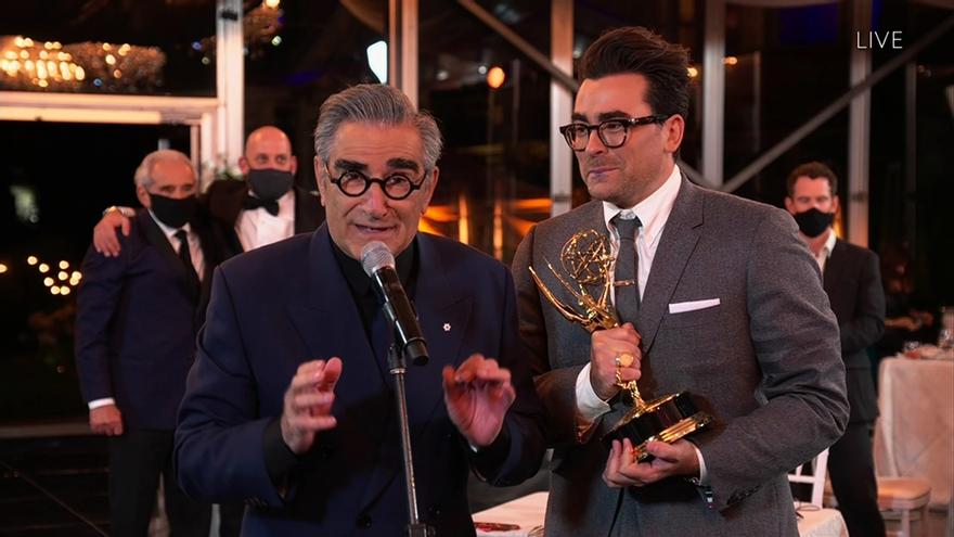 El equipo de Schitt's Creek celebra uno de sus premios Emmy 2020