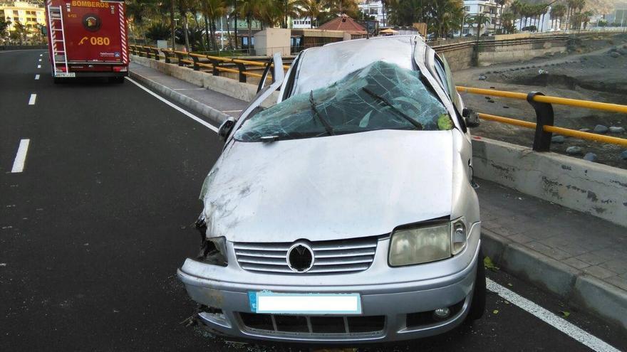 En la imagen, estado en el que quedó el vehículo tras el vuelco. Foto: BOMBEROS LA PALMA