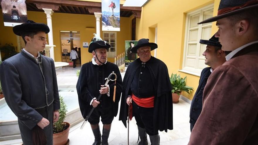 El alcalde, el pregonero, el recaudador y los dos alguaciles de esta peculiar celebración que tiene varios siglos