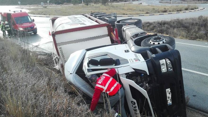 Vuelca un camión en la incorporación a la AP15 en Muruarte de Reta