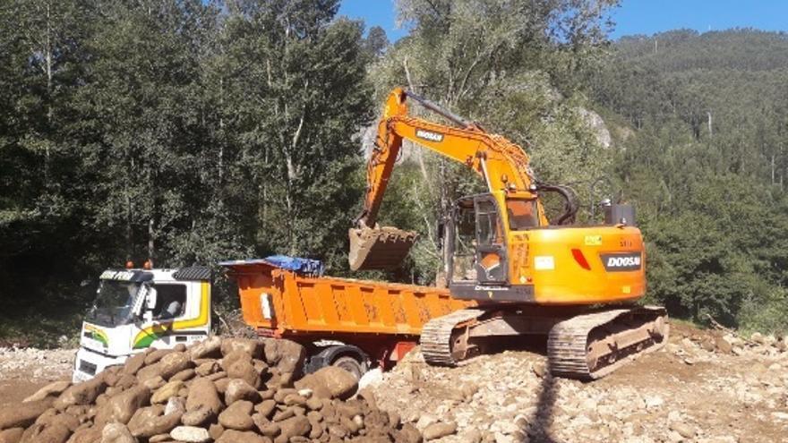 La CHC finaliza la limpieza del río Besaya en Los Corrales de Buelna