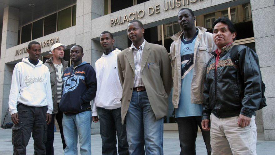 Inmigrantes estafados por la abogada vizcaína, en uno de los juicios en Bilbao./EDN