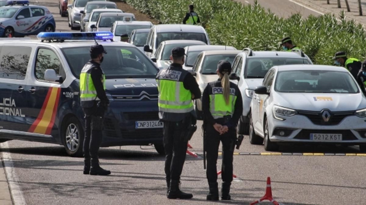 Un control de la Policía Nacional en una de las salidas de la capital aragonesa.