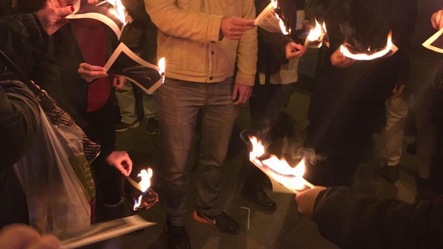 Manifestantes queman fotos del rey Felipe VI en Barcelona en solidaridad con los detenidos