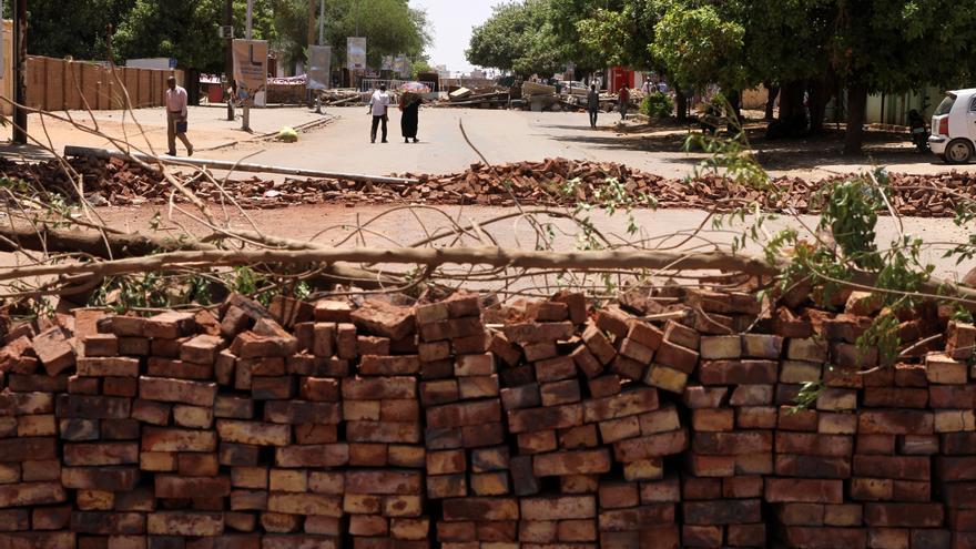 Barricadas cortan las calles alrededor de la acampada de protestas en Sudán.