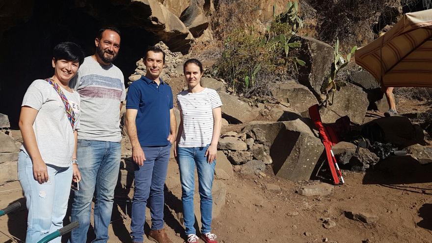 Las concejales Dácil Pérez y Desiré Martín y el portavoz del grupo Popular en Tijarafe, Carlos González, con el alcalde del municipio, Marcos Lorenzo, en el barranco de Los Gomeros.