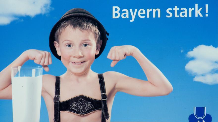 """Cartel publicitario en Baviera en el que se lee la frase """"Nuestra leche hace fuerta a Baviera""""."""