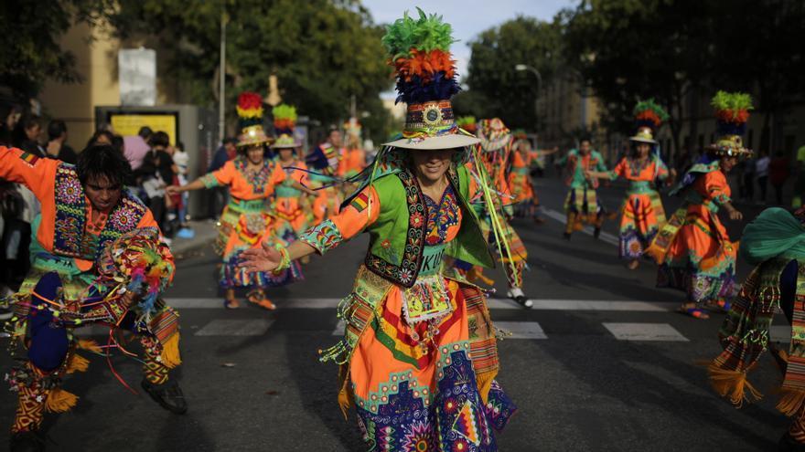 Folclore latino y pancartas anticolonialistas recorren Madrid el 12 de octubre. OLMO CALVO.