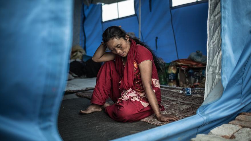 La temporada de lluvias esta al caer y las inundaciones en esta temporada son frecuentes. Es muy difícil que Tika Thapamagar pueda hacer frente a los temporales con una tienda de campaña./ Pablo Tosco (Intermón Oxfam).