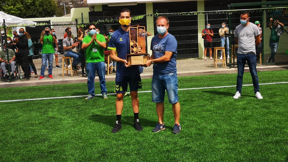 Sergio Rodríguez, alcalde de El Paso (d), entrega el trofeo.