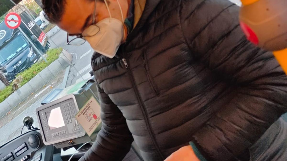 Un operario midiendo el CO2 en un autobús.