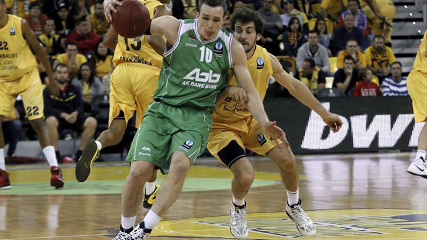 El base del Herbalife Gran Canaria Tomás Bellas intenta impedir el avance del jugador del Unics Kazan Sergey Bykov (EFE/Ángel Medina G.)
