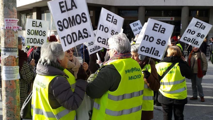 Varios activistas de los Yayoflautas esperan que termine el juicio por faltas a su compañera Ela./ Yayoflautas.