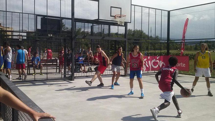 Adama juega al baloncesto junto a sus compañeras de Mieres. / María Luisa Alonso.
