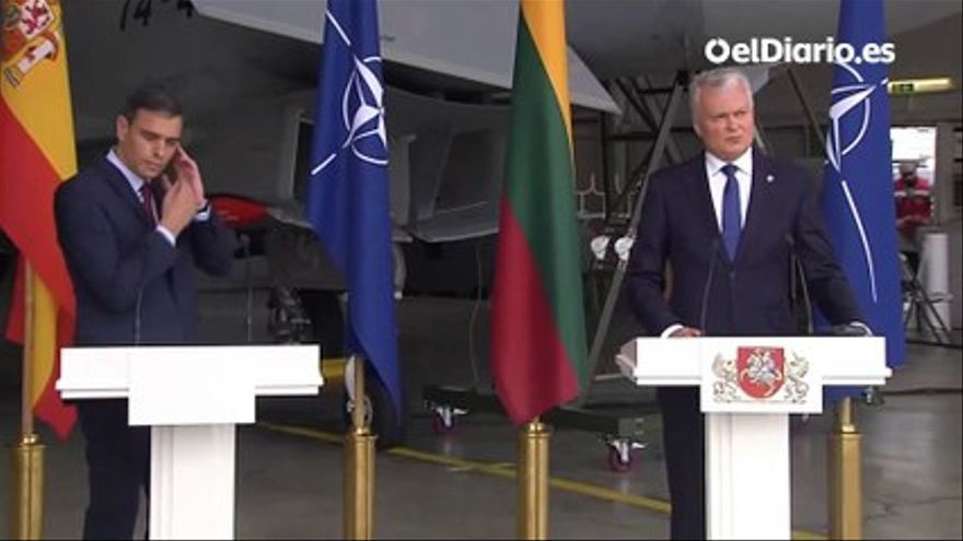 The take off of a fighter to intercept an unidentified flight forces to interrupt an act of Sánchez with the President of Lithuania