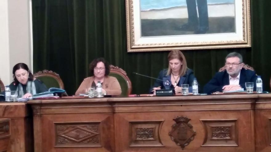 La vicealcaldesa, Ali Brancal, segunda por la izquierda en el pleno.