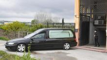 Un coche fúnebre a las puertas de una residencia.
