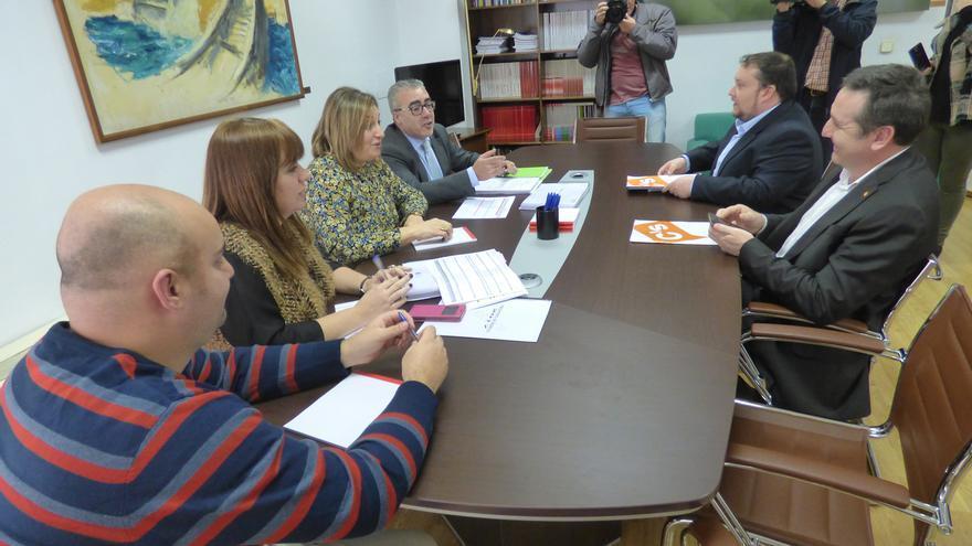 Diputados de PRC y PSOE en la reunión con los representantes de Ciudadanos.