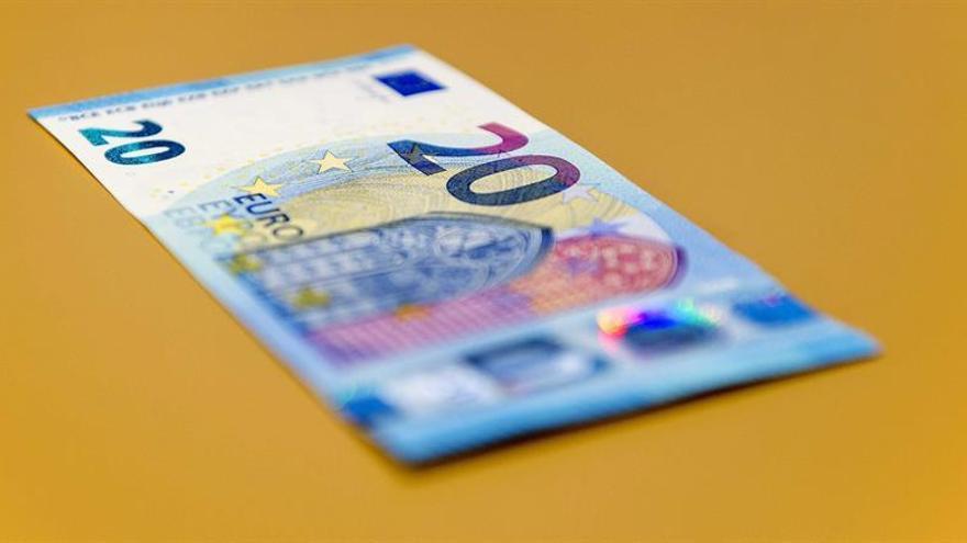 El euro baja a 1,1221 dólares a mediodía