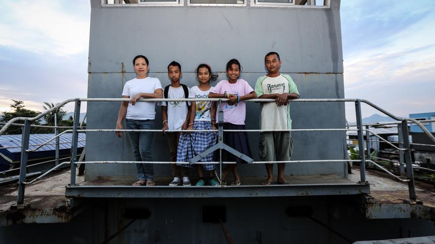 Bartolomé y su familia en el barco