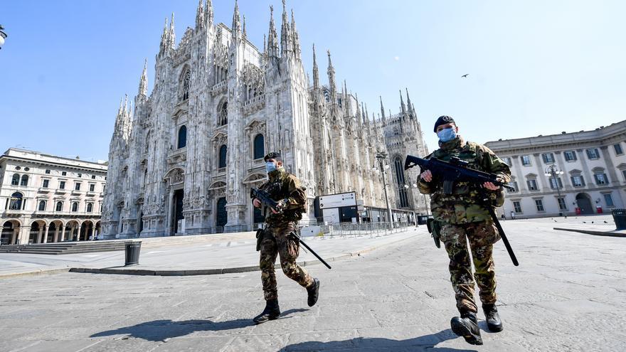 Dos militares patrullando las calles la Plaza del Duomo (Milán) durante la cuarentena decretada en Italia por el coronavirus.