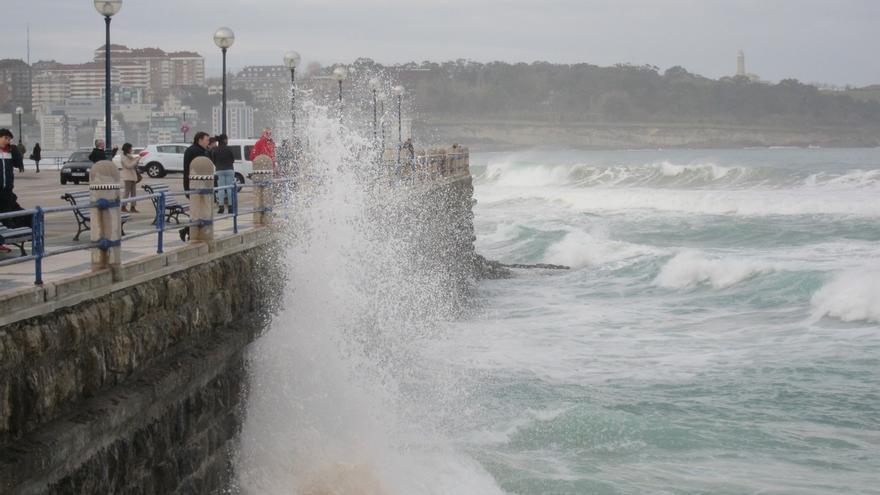 Las olas superan los 6 metros en Santander y se necesitan cadenas para subir a Brañavieja