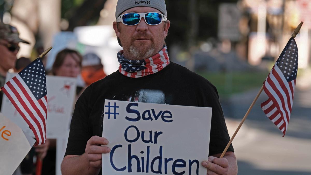 Defensor de QAnon muestra una pancarta en Tucson contra la trata de niños y la pedofilia. 15 de agosto de 2020, Arizona.