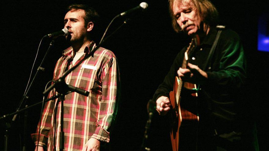 Roger Mas (esquerra) va obrir el festival amb el txec Jarek Nohavica al CAT. /Juan Miguel Morales