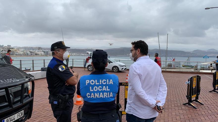 Policías locales y el concejal de Seguridad y Emergencias, Josué Íñiguez prueban los drones.