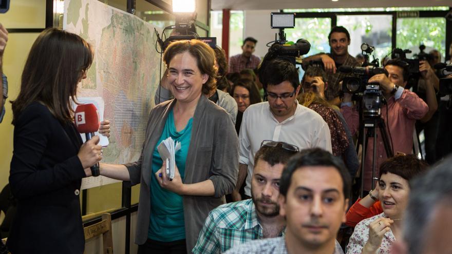Ada Colau seguida de Gerardo Pisarello entra la sala de premsa del local de campanya de Barcelona en Comú / ENRIC CATALÀ